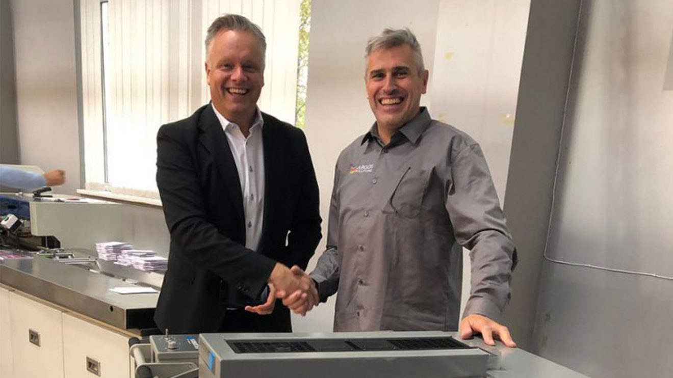 Tommy Segelberg and Tony Michiels shaking hands over a new commercial agreement